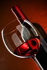 5897001-verre-et-la-bouteille-de-vin-sur-fond-rouge-200x300 Huguette