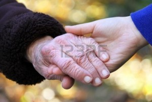 10544310-tenir-la-main-de-personnes-agees