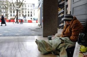 296270_une-femme-sans-abri-dans-un-hall-d-immeuble-le-30-janvier-2012-a-tours