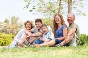 7749909-siiting-famille-heureuse-dans-le-parc-et-le-sourire--la-cam-ra